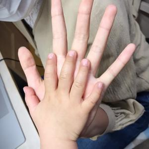 高校生と2歳の手♪