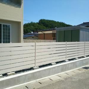 人工木板張りフェンスはホワイト採用率が高い