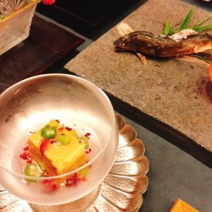 とろける卵豆腐と相性の良い〇〇が夏らしい一品でございます。