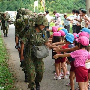 陸自対馬警備隊、新隊員が夜間35キロ行進訓練後、戦闘を演練!