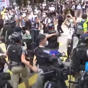 香港デモで警官隊が催涙弾を発射、100人以上を逮捕…国家安全法に反発!