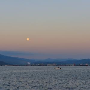 満月が沈む朝