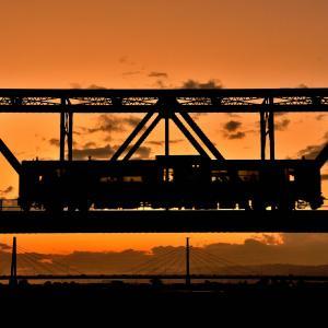 夕焼け空の中を走る列車