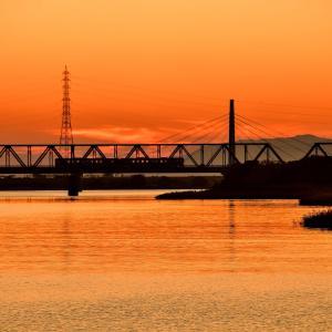 夕焼け空に染まる吉野川