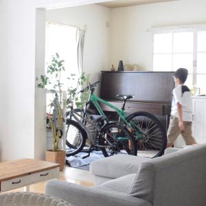 こんな時リビングは自転車置き場にもなる。