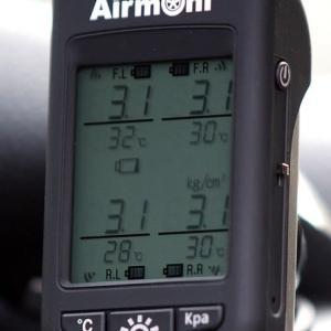 キャンピングカーのタイヤ空気圧を測る!