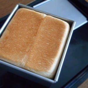 サイコロ食パン。シフォンケーキ断面。