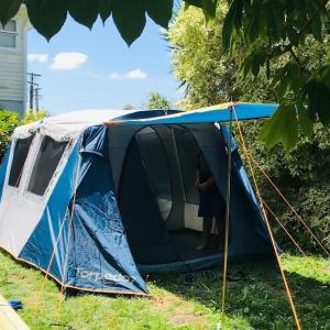 庭でテント