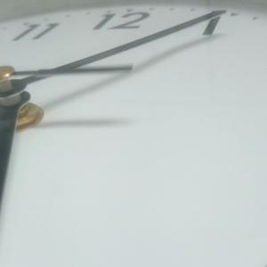シンプル イズ ムツカシイ 壁掛け時計を撮ってみる