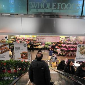高級スーパー・ホールフーズでショッピング。