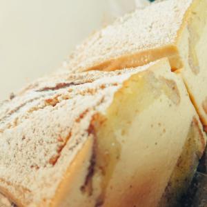 チーズのおやつ二種|完熟バナナのベイクドチーズケーキ、自家製スモークチキンのケークサレ