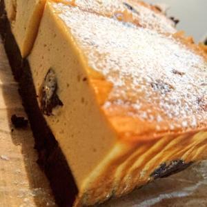 チーズのおやつ二種|抹茶のベイクドチーズケーキ、自家製スモークチキンのケークサレ