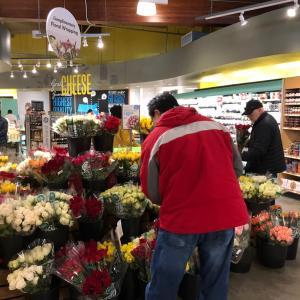 アメリカのバレンタインは花を買うパパさんだらけ