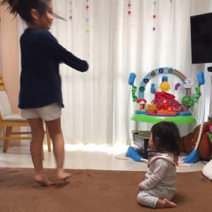 次女の正座と長女のダンス