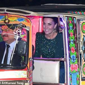 運ちゃんの幸せそうな顔といったら! ウィリアム王子とキャサリン妃、三輪タクシー&民族衣装で現れる!パキスタンご訪問