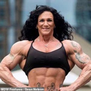 世界一、筋肉ムキムキなおばあちゃん!3人の孫がいるロビン・ヒルズの上腕二頭筋は43㎝!衝撃ビフォー・アフター写真
