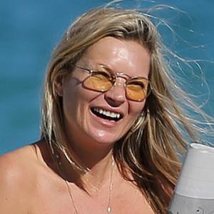 セルライトもへっちゃら! ケイト・モス、45才のナチュラルボディ水着姿