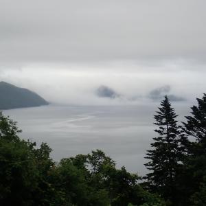 雲垂れ込める支笏湖