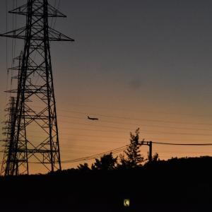 夕陽と鉄塔と飛行機