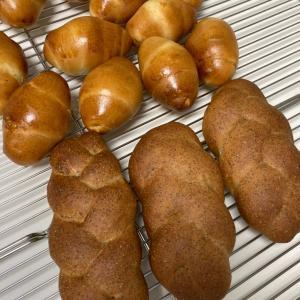 バターロールと胚芽パン
