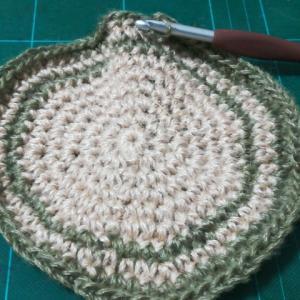 カエルの鍋敷き(2):太糸で中心8目だとたわんでくるの