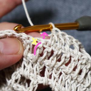 Vネックのプルオーバー(2):きれいな方眼編みの編み方のコツなど