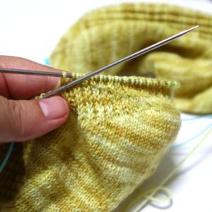 黄色いくつ下(10):カカトの模様編みが思ったほどうまくないかない・・罠