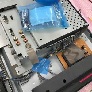 テレビの修理、久しぶりに社長が半田ゴテをやってました
