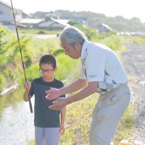 義父と長男の魚釣り写真