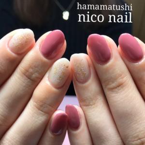 華やかピンクとラメカラーネイル