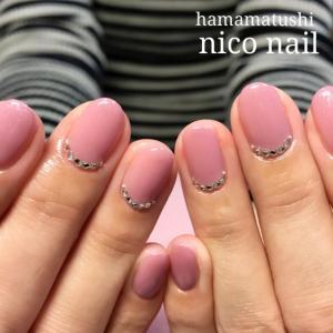 流行の新色ピンクカラーの大人シンプルネイル