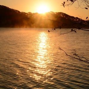 湖に日が昇る…