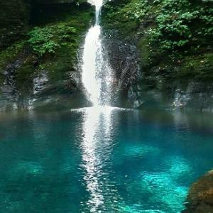 神々しい滝