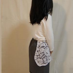 灰色のスカートで。