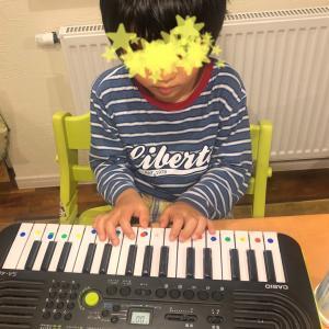 鍵盤を弾く