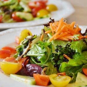 【サラダ】転がりやすいトマトやお豆を、上手にいただく方法