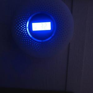 いきなり頭の上が青く光ってびっくりしたら、ガス警報器だった (2020/11/9)