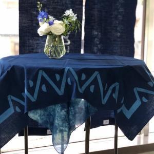 テーブルと相性の良い藍染風呂敷
