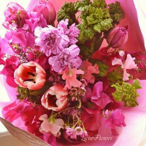 「花を束ねて、花を包む」の意味