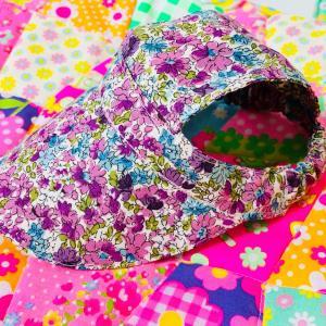 フラワー柄のワンちゃん用の帽子