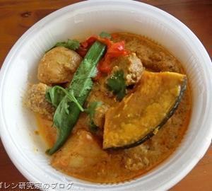 成城石井シンガポール風10種スパイスのチキンカレーは、「正にこれは現地風だ!」と思い起こさせる本格的な現地風ココナッツチキンカレー!