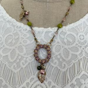 春色のネックレス