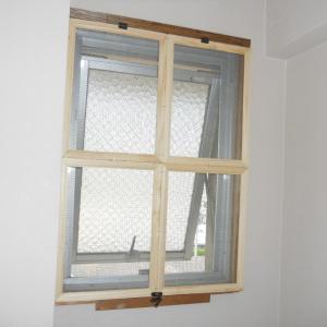 トイレの窓・・・簡単網戸(セリアフレーム)
