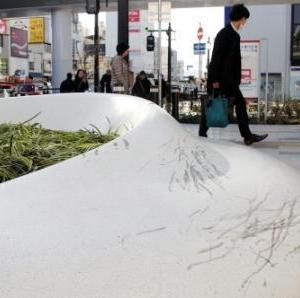 兵庫・明石の駅前広場、若者らのスケボー原因でオープン早々傷だらけ