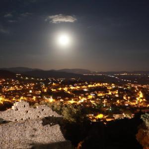 イエール中世の名残ある旧市街・城跡まで登り、夜景と星を眺めるツアー