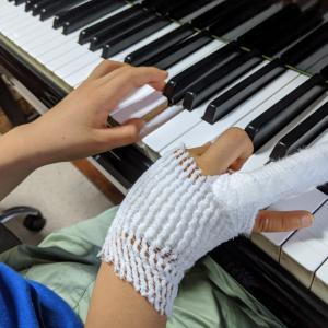 痛々しい包帯姿の指でも楽しく鍵盤に向かいます