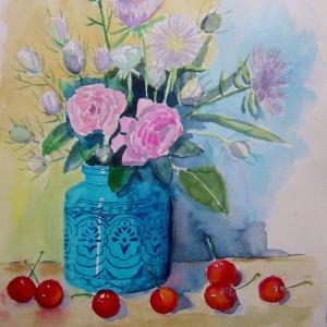 水彩「青い花瓶とさくらんぼと花々」