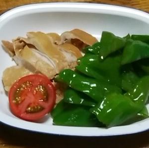 鶏むね肉とピーマンの煮物 トマト添え