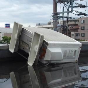 台風で倒れたエアコンの交換