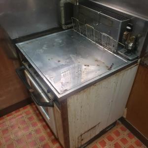 ガスオーブンを撤去して流し台設置。